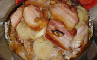 Savanyú káposztás rakott hús diszkoszban