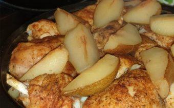 Körtével sült csirke burgonyaágyon